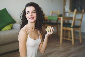 Donantes de óvulos sana sosteniendo una manzana